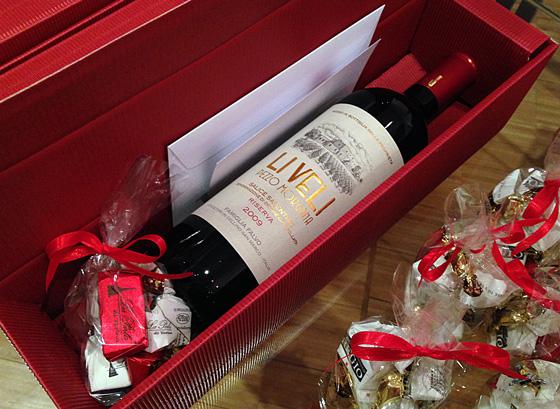 Wein in Geschenkverpackung mit Pralinen